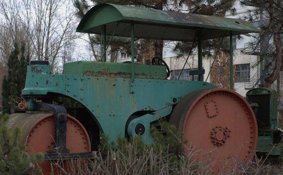 File:Old road roller in