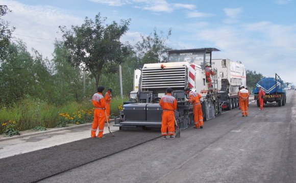 Paving a hydraulically bound