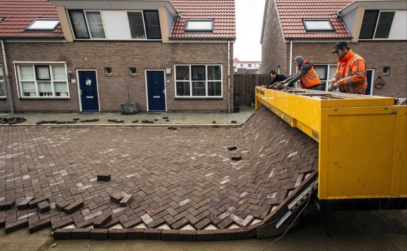 Pavement laying machine